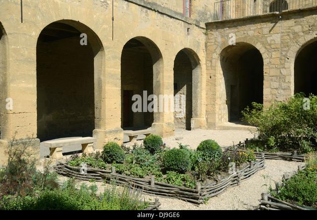 Medieval garden and courtyard of ch teau de l 39 emp ri stock - Ch salon de provence ...