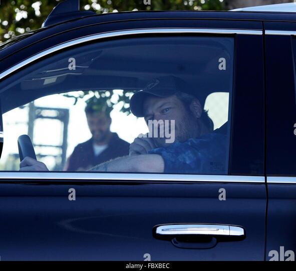 New Couple Gwen Stefani And Blake Shelton Take Off From
